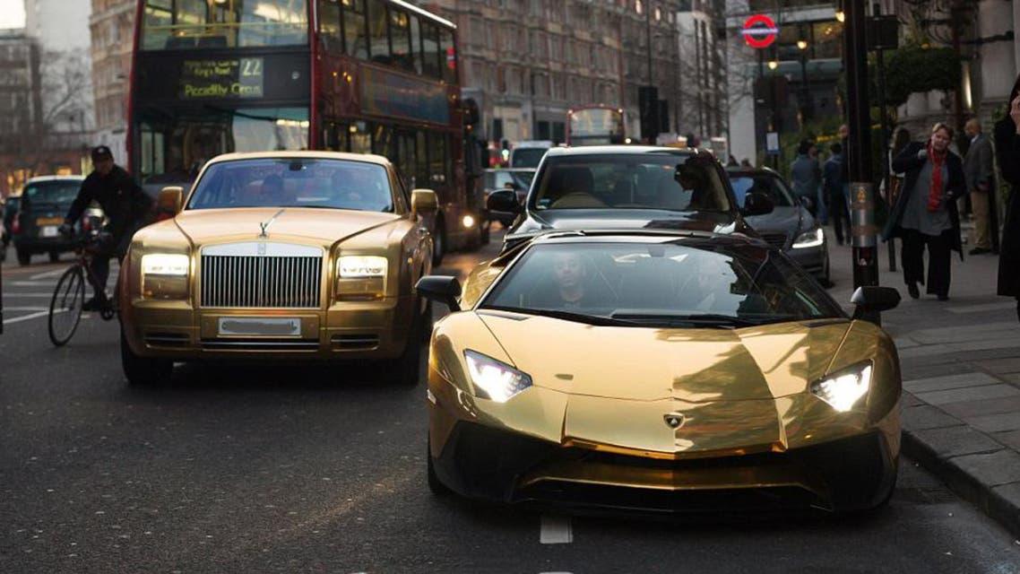 ملياردير خليجي يخطف الأضواء بسياراته المغطاة بالذهب4
