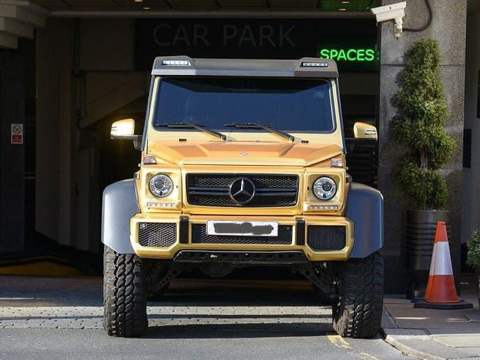 ملياردير خليجي يخطف الأضواء بسياراته المغطاة بالذهب