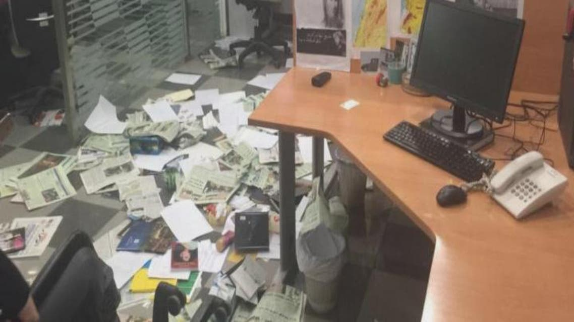 """THUMBNAIL_ """"دخلاء على لبنان"""" يعتدون على مكتب """"الشرق الأوسط"""" ببيروت"""