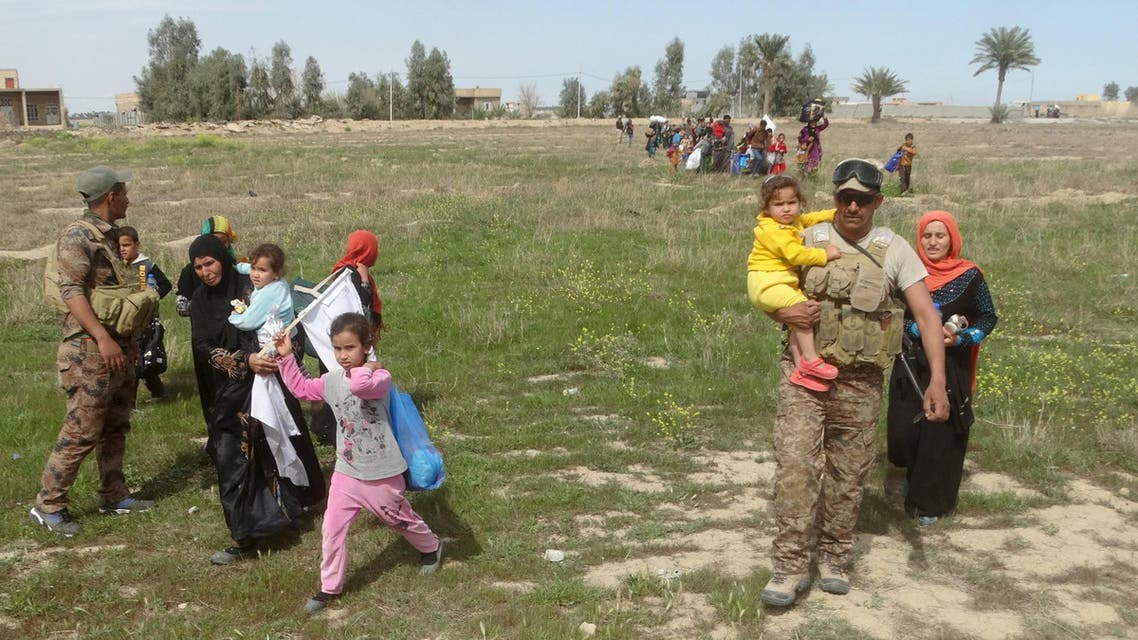 Iraqi people flee to safe areas with help from Iraqi security forces, west of Ramadi, March 9, 2016 REUTERS