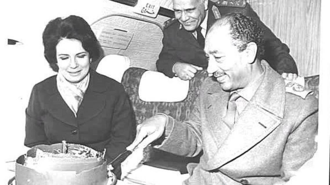 السادات يحتفل بعيد ميلاد زوجته في الطائرة