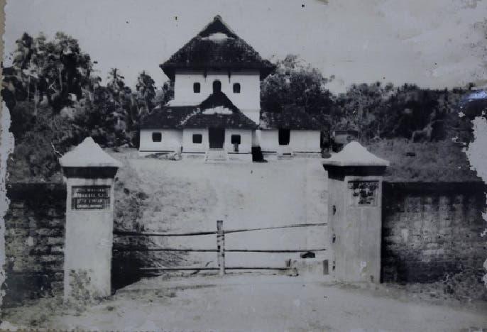 صورة للمسجد في 1958 حين لم يكن له مئذنة وقبل تجديده