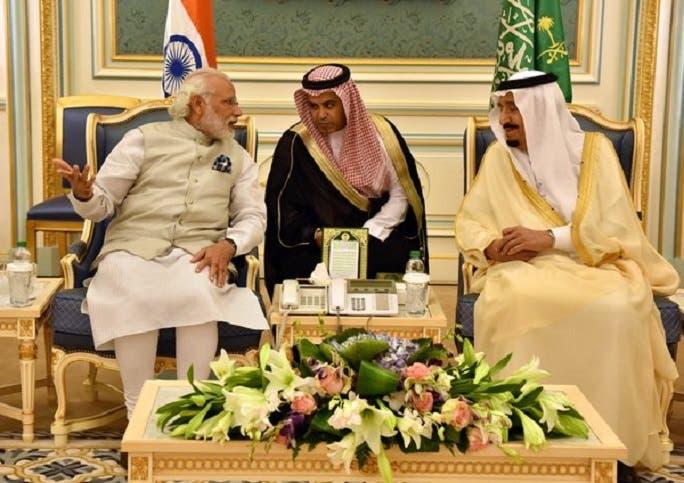العاهل السعودي، الملك سلمان بن عبد العزيز، يستمع الى حديث رئيس وزراء الهند لمترجم سعودي