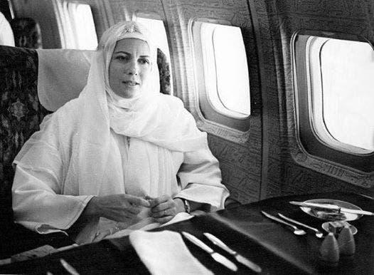 زوجة السادات في الطائرة أثناء سفرها للعمرة