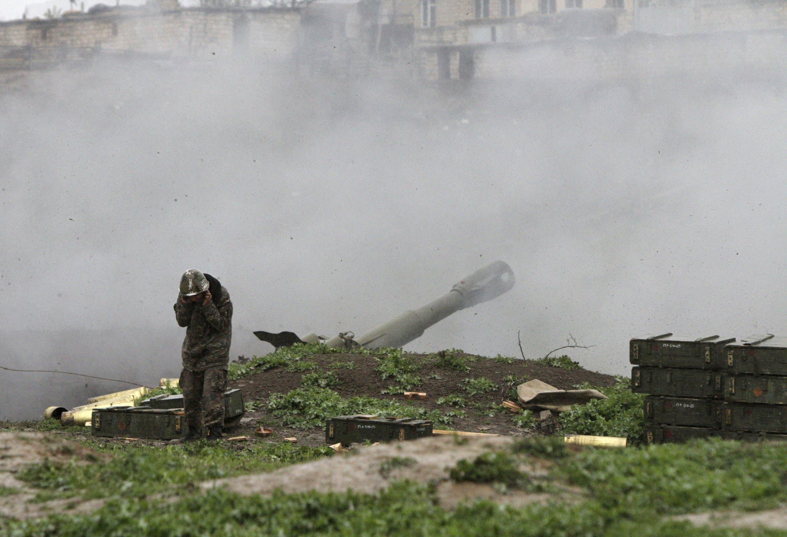 مقاتل أرمني يطلق صاروخا على أذربيجان في ناغورنو كاراباخ
