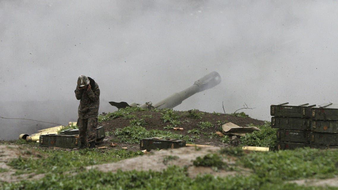 مقاتل أرمني يطلق صاروخ بانتجاه اذربيجان في ناغورني قره باغ أرمينيا اذربيجان