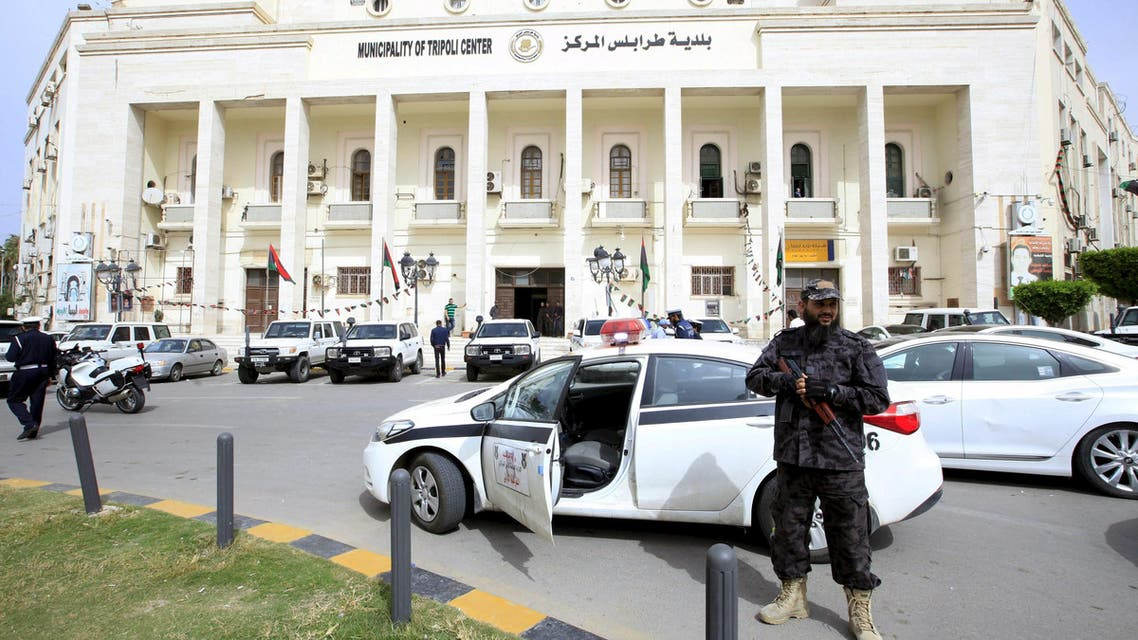 A member of the force assigned to protect, stands infront of the headquarters of the municipal council of Tripoli in Tripoli, Libya, April 5, 2016. (Reuters)