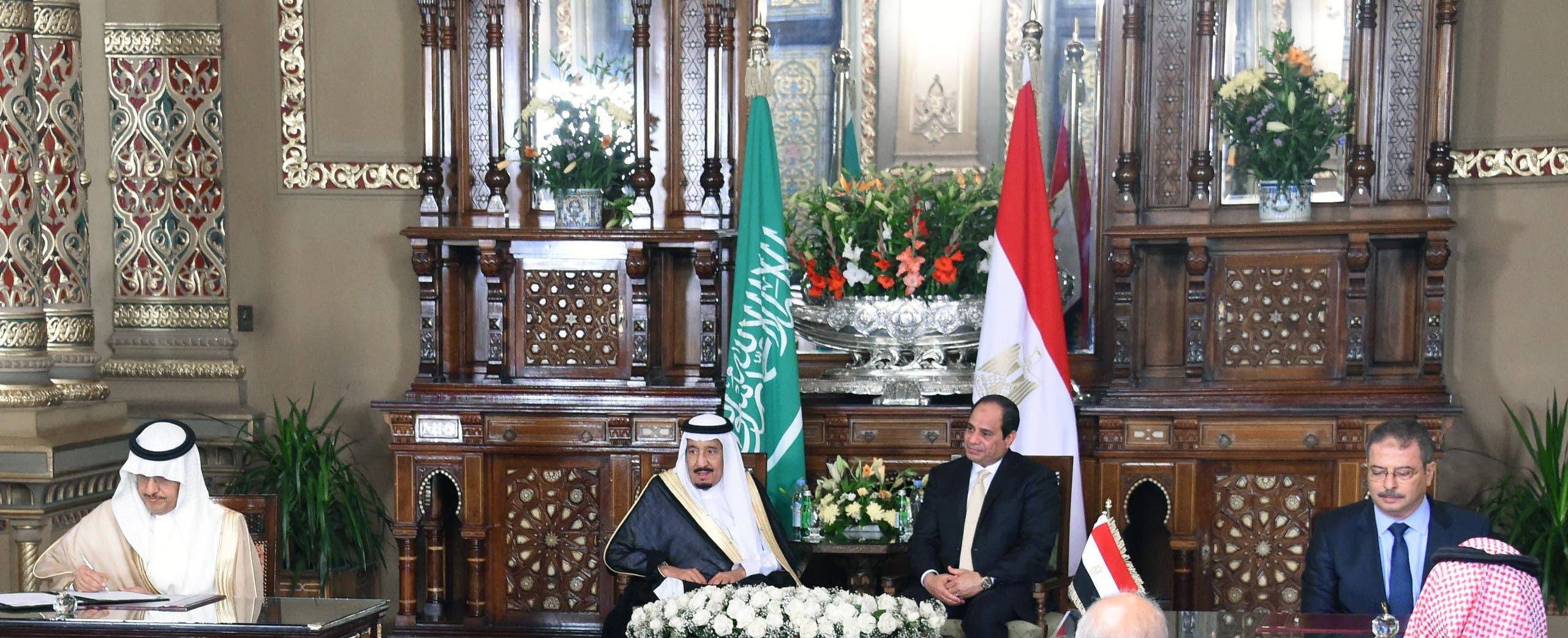 الملك سلمان والرئيس السيسي أثناء توقيع اتفاقيات شراكة بين الرياض والقاهرة