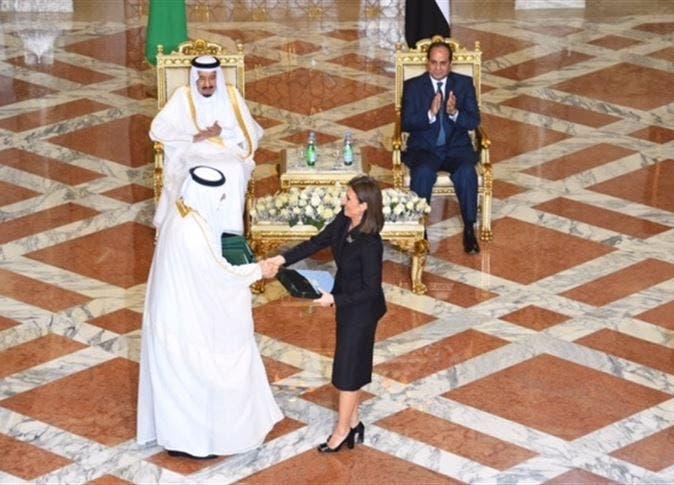 الملك سلمان والرئيس السيسي خلال مراسم توقيع اتفاقيات اقتصادية بقصر عابدين