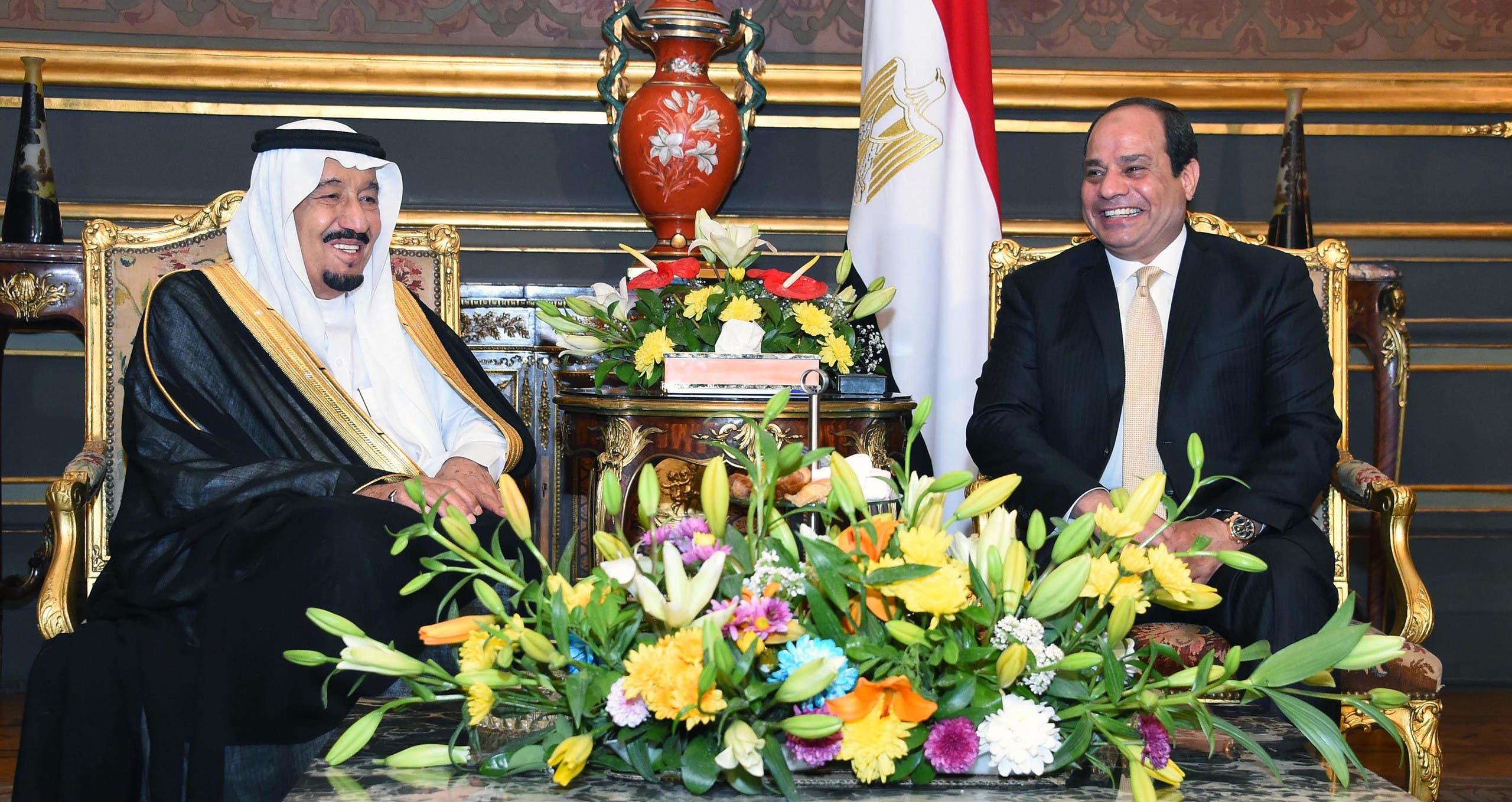 الملك سلمان والرئيس السيسي قبل مراسم التوقيع على الاتفاقيات التجارية