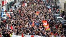 """فرنسا..""""الأوشحة الحمراء"""" أمام السترات الصفر تندد بالعنف"""