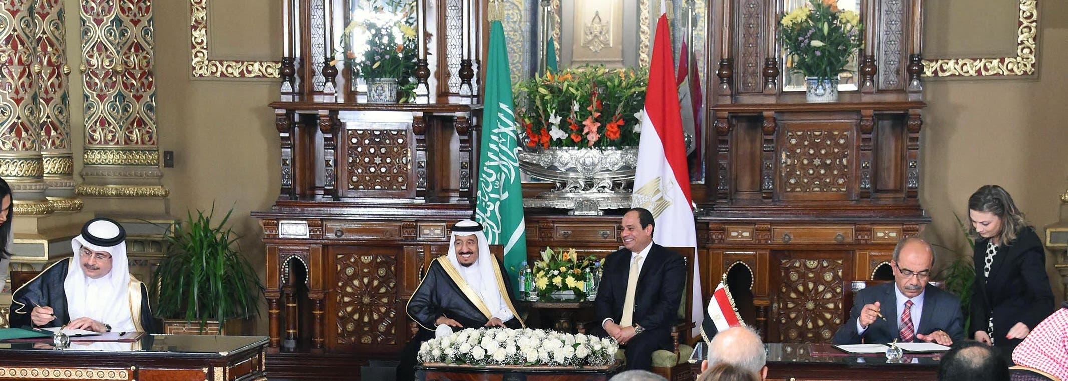 خادم الحرمين والرئيس المصري أثناء توقيع 21 اتفاقية تجارية