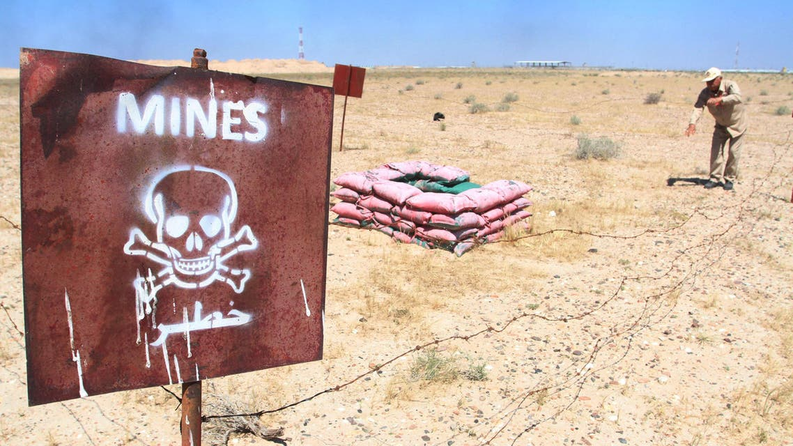 De-mining teams searches for landmines in Rumaila oilfield in Basra province, April 2, 2016. (Reuters)