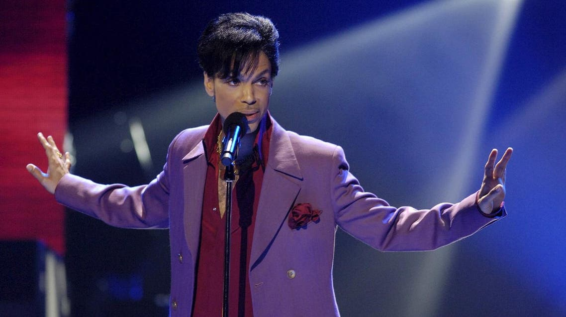 "Singer Prince performs in a surprise appearance on the ""American Idol"" television show finale at the Kodak Theater in Hollywood, California in this May 24, 2006 file photo. REUTERS"