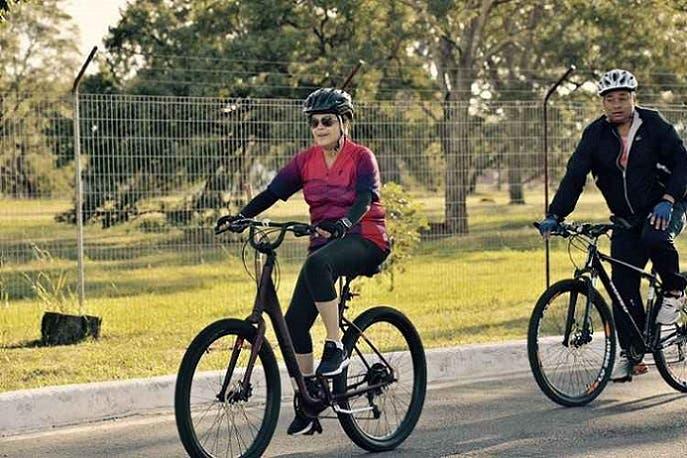 حين كانوا يصوتون على عزلها، خرجت من قصر الرئاسة في برازيليا، لتتجول على دراجة هوائية في الجوار