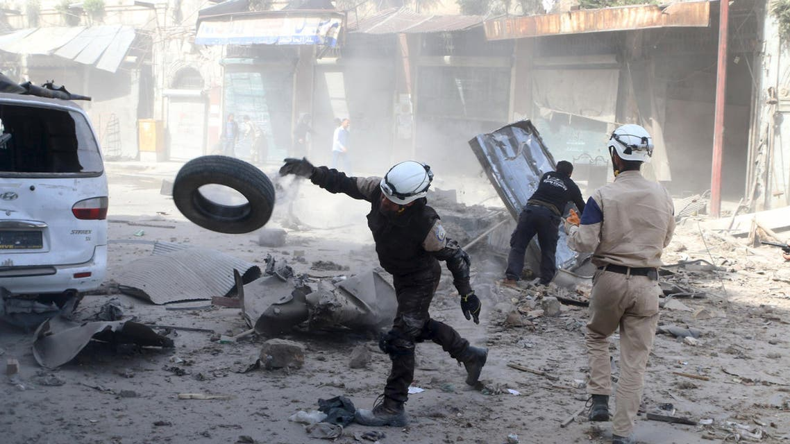 Civil defence members look for survivors after an airstrike on the rebel-held Old Aleppo, Syria April 16, 2016. (Reuters)
