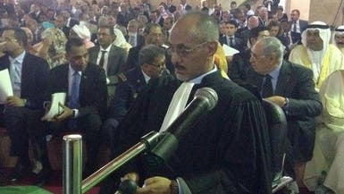 جدل في موريتانيا بعد إهداء نقيب المحامين بدلته للرئيس