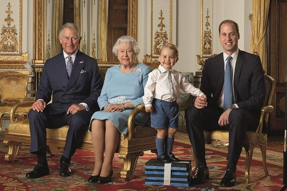 صورة تجمع ملكة بريطانيا (90 عاما) مع ولي عهدها الأمير تشارلز (67 عاما) والثاني في ترتيب العرش الأمير وليام (33 عاما) والثالث في الترتيب الأمير جورج (عامان)