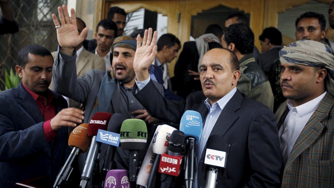 وفد الحوثي في مطار صنعاء قبل مغادرته للكويت