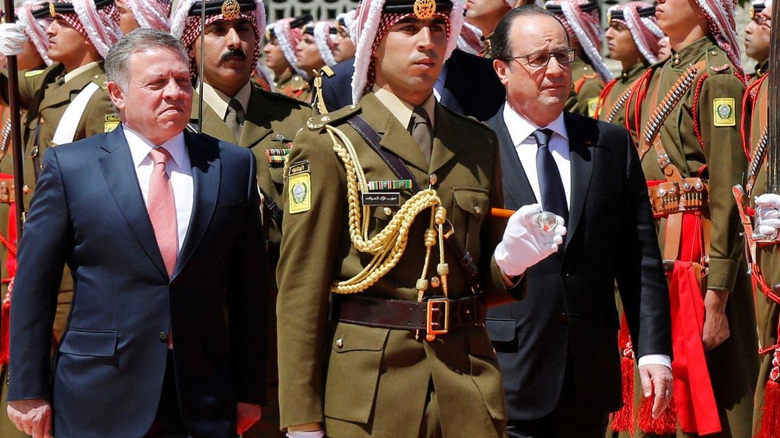 Jordan's King Abdullah (L) and France's President Francois Hollande (R) review Bedouin honour guards during Hollande's visit to Jordan, at the Royal Palace in Amman, Jordan, April 19, 2016. (Reuters)