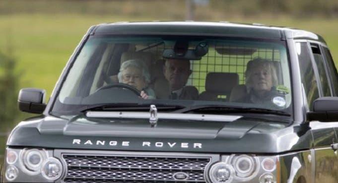 إليزابيث الثانية هي الوحيدة في بريطانيا التي لا تحمل جواز سفر ولا رخصة قيادة
