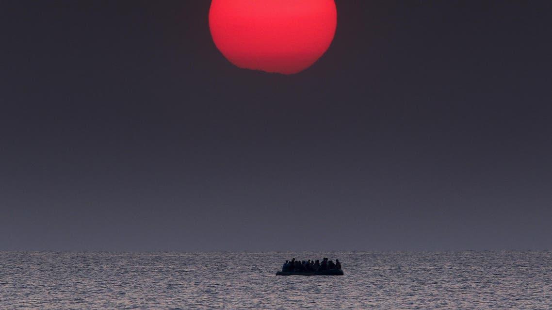زورق مكتظ بالاجئين السوريين في بحر إيجه بين تركيا واليونان بعد تعطل محركه يوم 11 أغسطس آب 2015. تصوير يانيس بيراكيس - رويترز