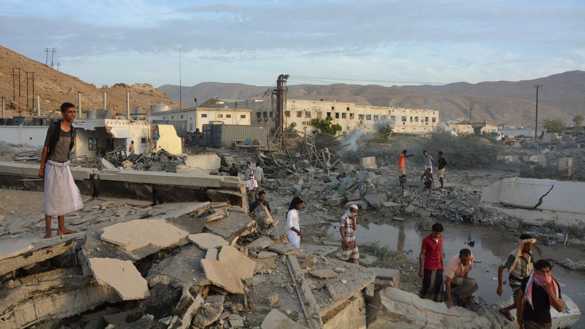 People inspect damage at a site hit by Saudi-led air strikes in the al Qaeda-held port of Mukalla city in southern Yemen April 24, 2016. (Reuters)