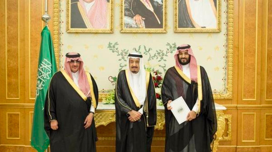 صورة تجمع الملك سلمان مع الأمير محمد بن نايف والأمير محمد بن سلمان