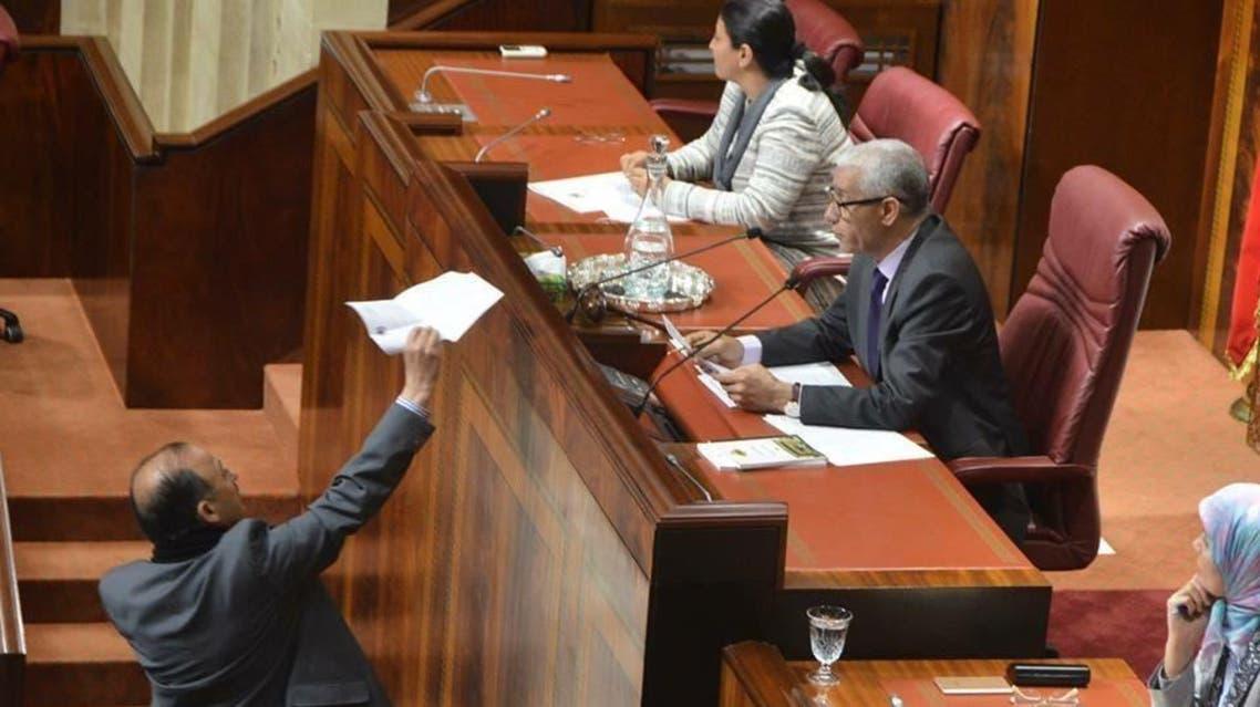 صورتان: البرلماني المغربي محمد أشرور عن حزب الأصالة والمعاصرة المعارض خلال جلسة المؤسسة التشريعي