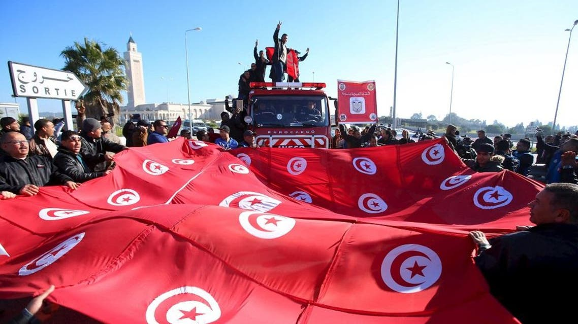 Tunisian police officers and security personnel shout slogans and hold flags during a protest in Tunis, Tunisia, January 25, 2016. (Reuters)
