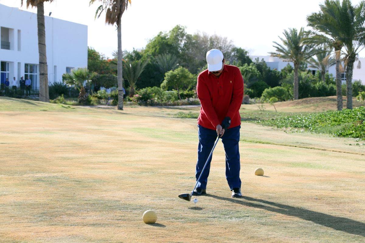 King Hamad playing golf. (BNA)