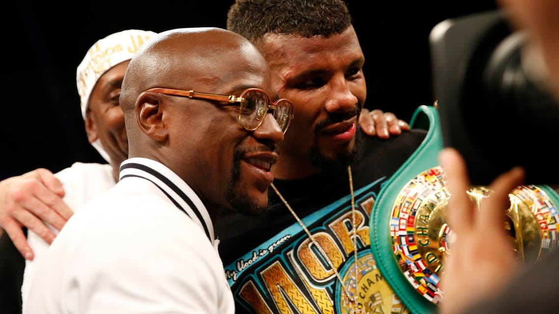 Floyd Mayweather poses for a photo with Badou Jack (C) during the DC Double Header boxing match at DC Armory. April 30, 2016. (Reuters)