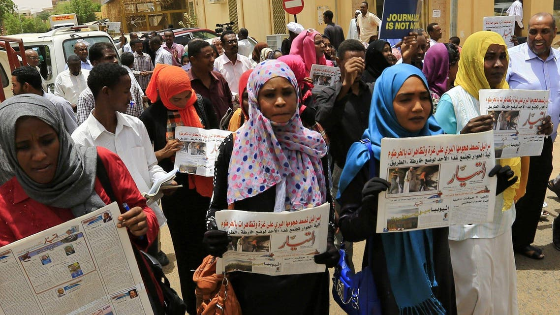 Journalists carry copies of the Al-Tayyar daily Sudanese newspaper as they protest against an attack on its Editor-in-chief Osman Mirghani, in Khartoum July 20, 2014. Mirghani was assaulted by armed men at the Al-Tayyar office building on Saturday, according to local media reports. Picture taken July 20, 2014. REUTERS