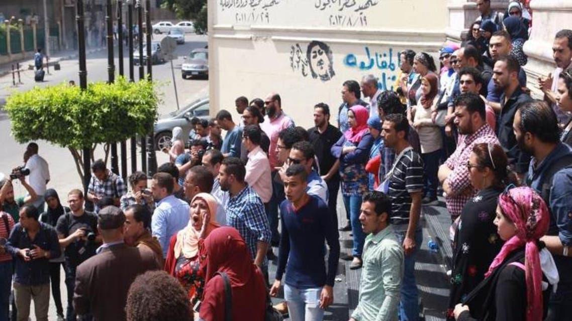 صحافيون يعتصمون امام مقر نقابتهم