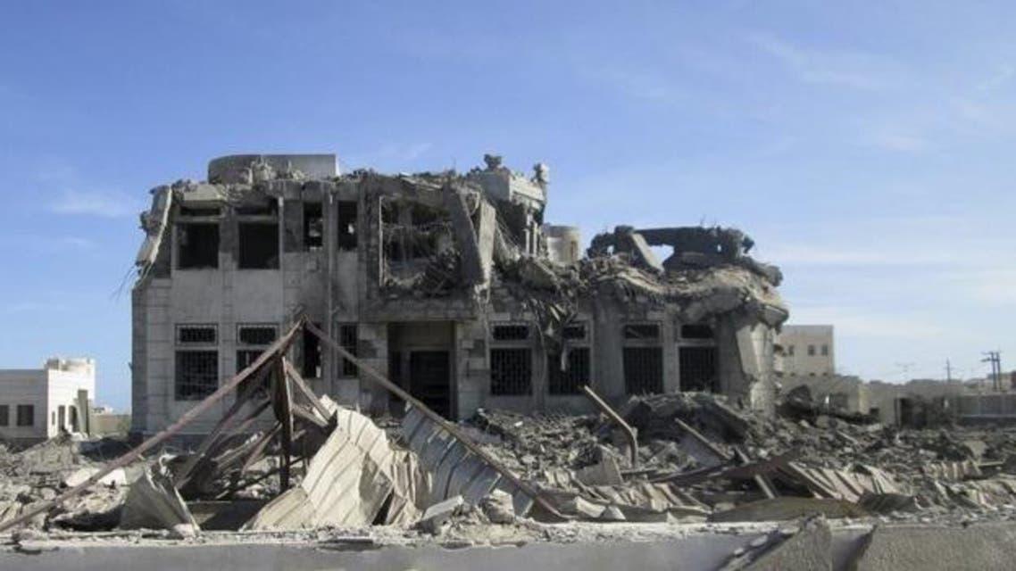 جنوب اليمن- دمار في موقع استهدفته ضربات جوية للتحالف الذي تقوده السعودية في اليمن بمدينة ساحلية يسيطر عليها تنظيم القاعدة