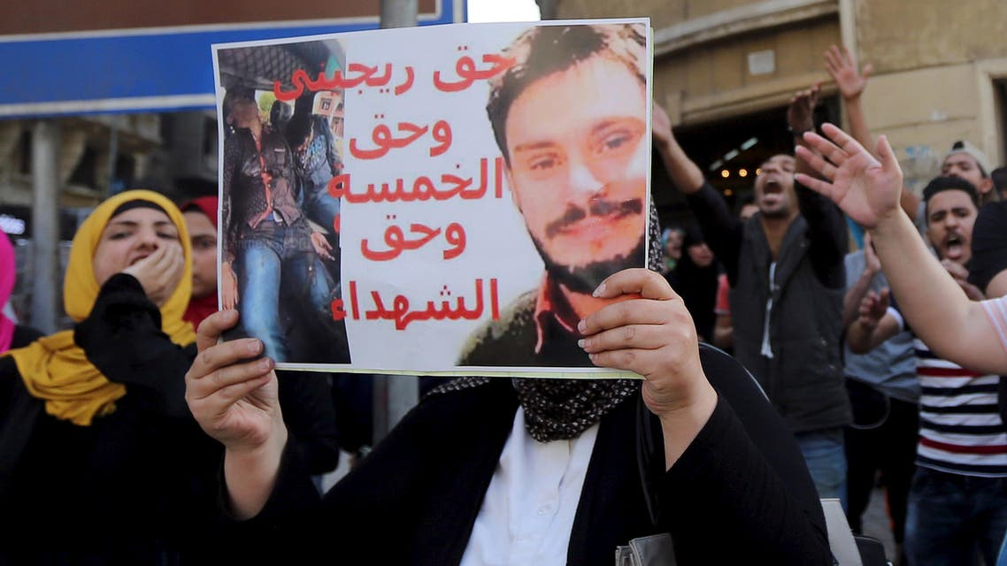 An Egyptian activist holds a poster calling for justice to be done in the case of the recently murdered Italian student Giulio Regeni in front of the Press Syndicate in Cairo, Egypt, April 15, 2016. (Reuters)