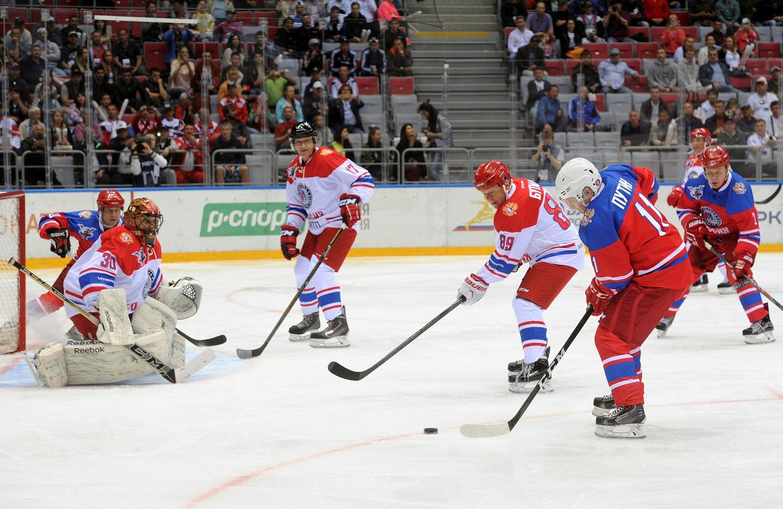 Russian President Vladimir Putin (R) takes part in a gala game of the Night Ice Hockey League in Sochi, Russia, May 10, 2016. Mikhail Klimentyev/Sputnik/Kremlin via Reuters