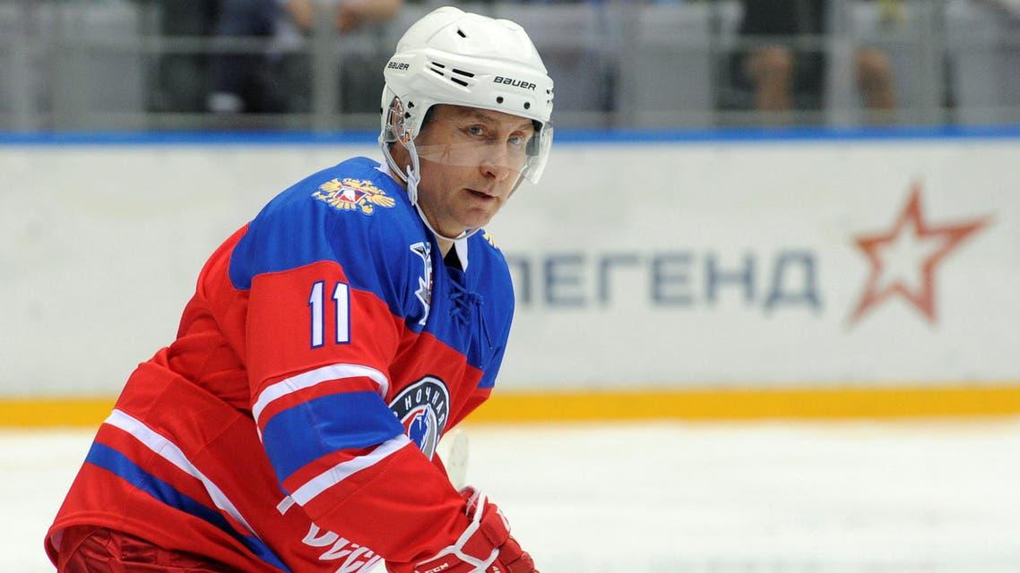 بوتين يستعرض مهاراته في مباراة لهوكي الجليد في سوتشي