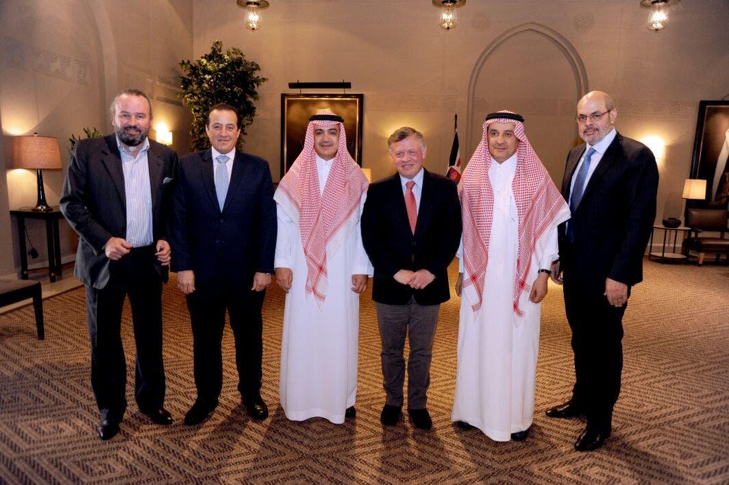الملك عبد الله الثاني مع (من اليمين) نبيل الخطيب، وعلي الحديثي، والشيخ وليد آل ابراهيم، وتركي الدخيل، وسعد السيلاوي