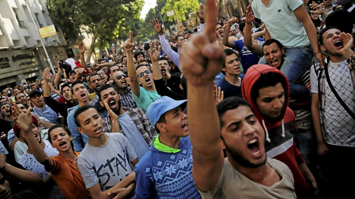 Egyptian protesters and Muslim Brotherhood members shout slogans against President Abdel Fattah al-Sisi and the government during a demonstration protesting the government's decision to transfer two Red Sea islands to Saudi Arabia, in front of the Press Syndicate in Cairo, Egypt, April 15, 2016. (Reuters)