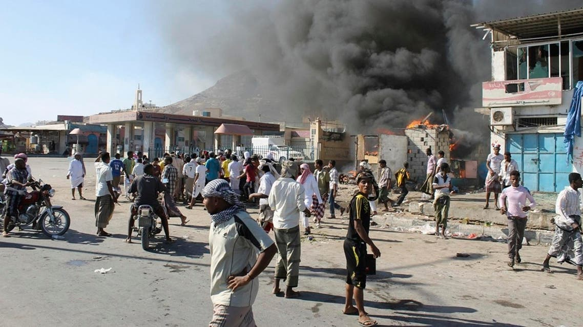 Supporters of a southern separatist movement burn a qat market in the southeastern Yemeni city of Mukalla December 20, 2013. Picture taken December 20, 2013. REUTERS