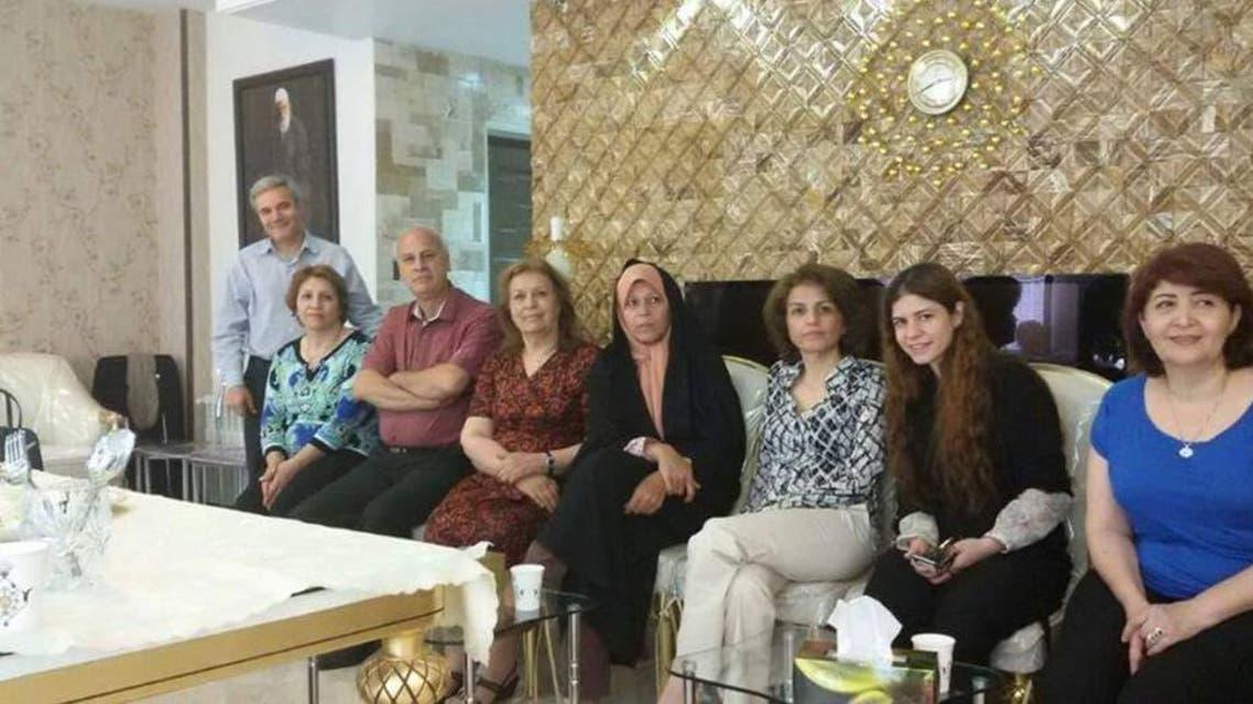فائزة هاشمي رفسنجاني الى جانب فريبا كمال أبادي تتوسطان مجموعة من البهائيين