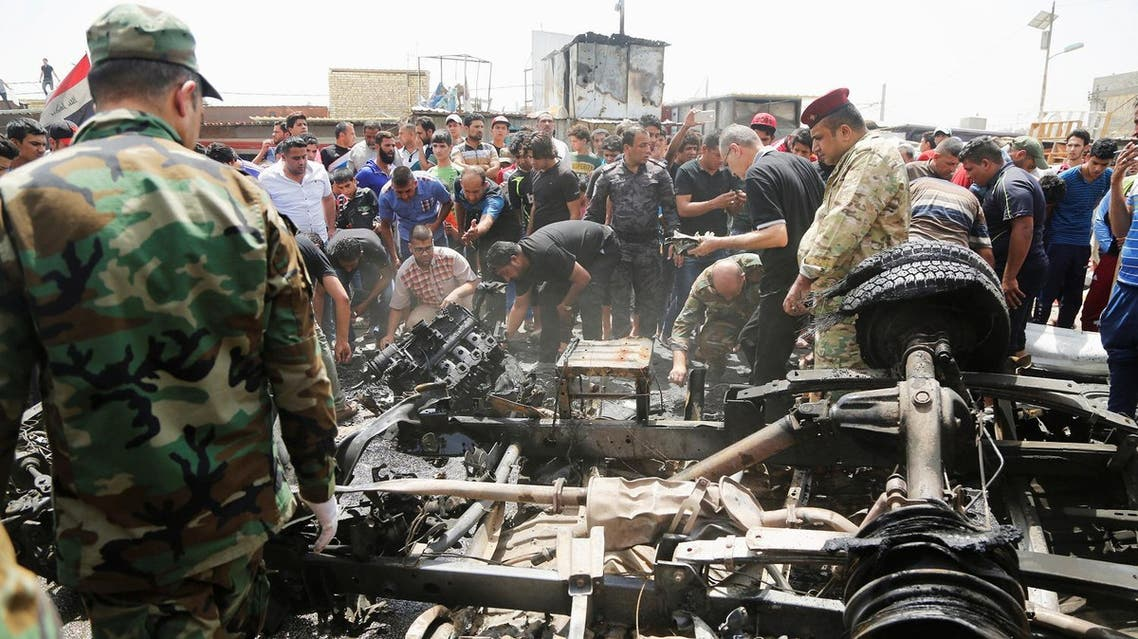 أشخاص يتجمعون في موقع انفجار سيارة ملغومة في مدينة الصدر العراقية يوم 11 مايو ايار 2016. تصوير: وسام العقيلي - رويترز