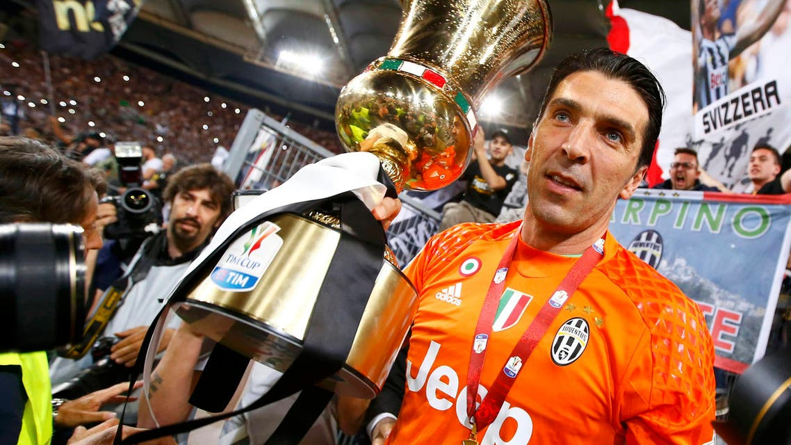 Juventus' goalkeeper Gianluigi Buffon holds the cup at the end of the match against AC Milan. REUTERS/Tony Gentile