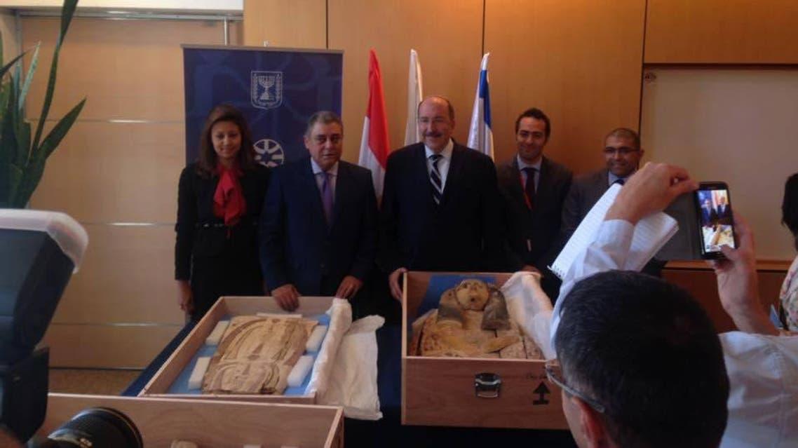 إسرائيل تسلم مصر قطعين اثريتين فرعونيتين مسروقتين