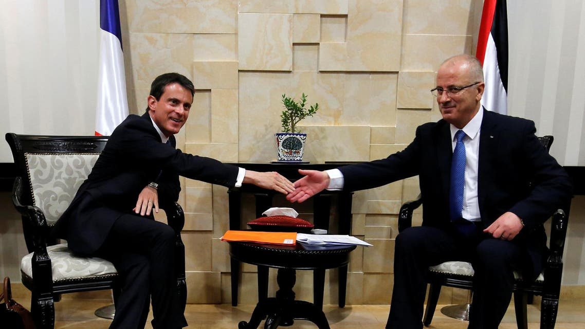 Palestinian Prime Minister Rami Hamdallah (R) shakes hands with French Prime Minister Manuel Valls during their meeting in the West Bank city of Ramallah May 24, 2016. REUTERS/ABBAS MOMANI/Pool