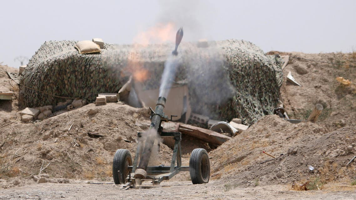 Fighters of the Syria Democratic Forces fire a mortar shell towards positions held by Islamic State fighters in northern province of Raqqa, Syria May 27, 2016. (REUTERS)
