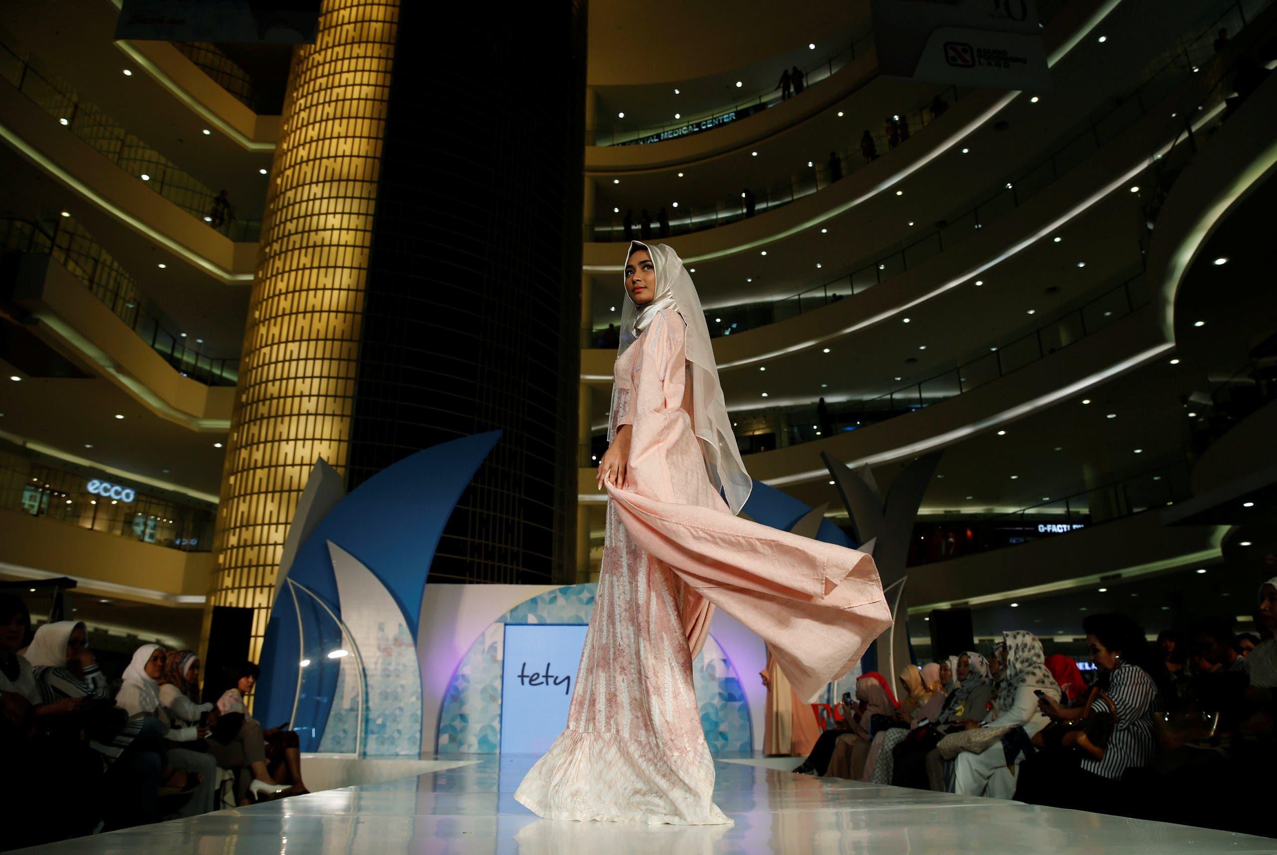 a8e554c6adc21 ... عاصمة لأزياء المحجبات بحلول العام 2019، في الوقت الذي تعتبر فيه  إندونيسيا حاليا خامس أكبر سوق لأزياء المحجبات، بعد تركيا والإمارات ونيجيريا  والسعودية.