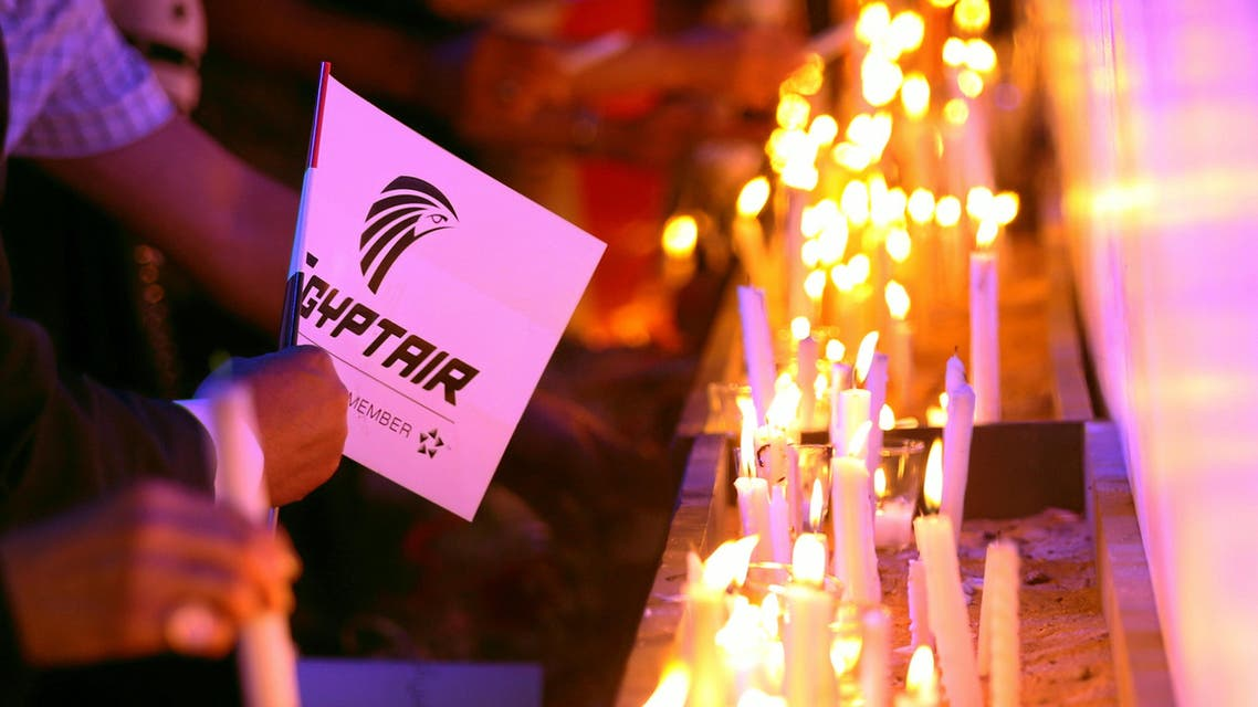 People light candles during a candlelight vigil for the victims of EgyptAir flight 804, at the Cairo Opera house in Cairo, Egypt May 26, 2016. (Reuters)