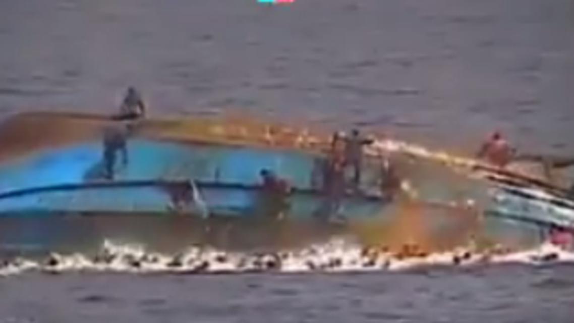قارب يغرق بالمتوسط